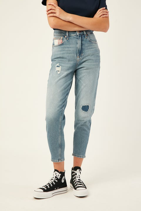 TOMMY JEANS Mom Jean High Rise Tapered Acron Lt