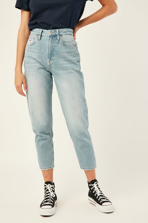 TOMMY JEANS Mom Jean High Rise Tapered Sunday Lt Bl Rig