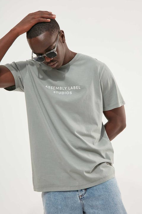 Assembly Mens Haus Tee Mineral Green