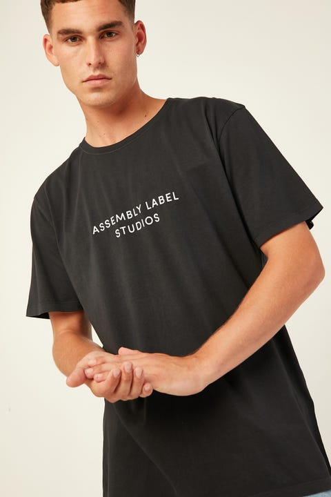 ASSEMBLY Mens Haus Tee Washed Black