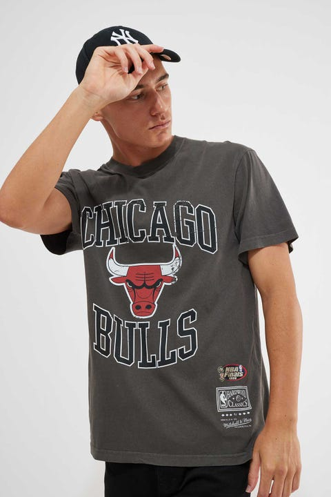 Mitchell & Ness Vintage Bulls Crest Logo Tee Faded Black